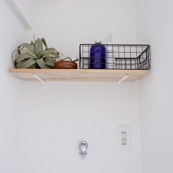 洗濯機置場上部に木棚が…!洗剤のストックはこちらへ。(※写真は完成イメージです)