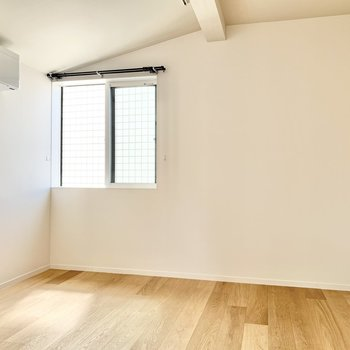 【洋室】シンプルなお部屋です。寝室にどうぞ。
