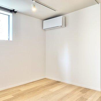 【DEN】ちょっとした空間、こちらは書斎や趣味部屋に良いですね。