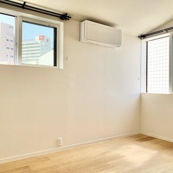 【洋室】窓は2面採光。換気が良くて過ごしやすいです。