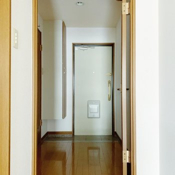 では廊下に出てみましょう。(※写真は7階の同間取り別部屋のものです)
