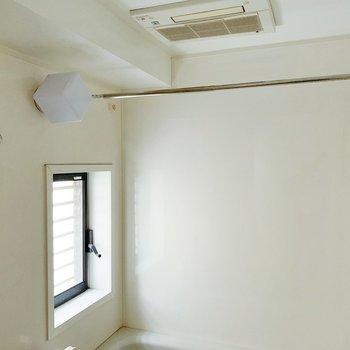 浴室乾燥も…!小窓もあるので、洗濯物も楽ちんですね。(※写真は7階の同間取り別部屋のものです)