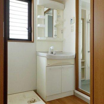 サニタリーには独立洗面台と洗濯機置場。窓があるので、ちゃちゃっと換気。(※写真は7階の同間取り別部屋のものです)