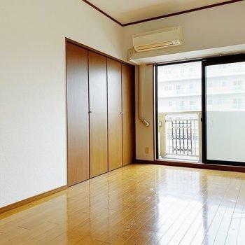 空間が広いのでソファやダイニングテーブルも置けちゃいそう。(※写真は7階の同間取り別部屋のものです)