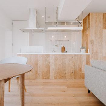 【LDK】リビングからキッチンを見るとまた違う印象!とっても素敵です。※家具はモデルルーム仕様
