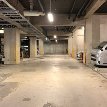 地下に駐車場や、
