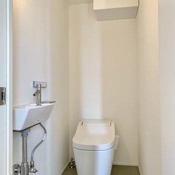 【トイレ】タンクレスでスッキリとしたトイレ。