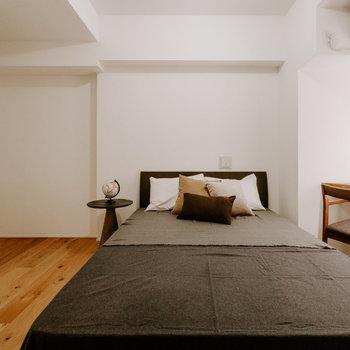 【洋室】ベッドカバーやチェアの色で、お部屋に色を加えて自分好みに ※家具:モデルルーム仕様