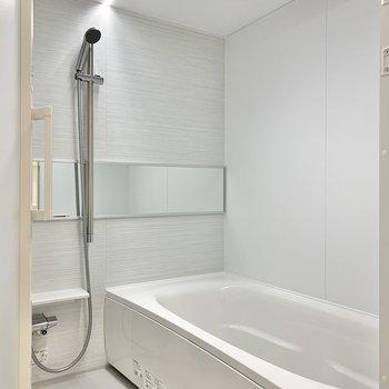 【浴室】横長な鏡がいいですね。洗顔がしやすそう。