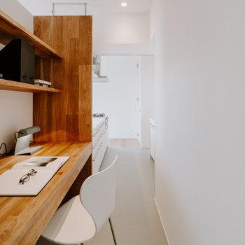 【LDKデスク】反対側から見てみるとキッチンと並んでいるのが良くわかりますね。※家具:モデルルーム仕様