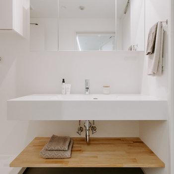 【脱衣所】朝の身支度がスムーズになりそうな洗面台。 ※家具:モデルルーム仕様