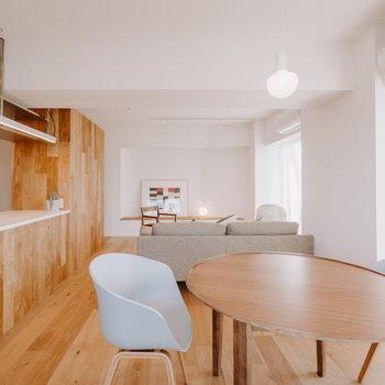 【LDK】インテリアも木目調にすると、雰囲気がまとまりますよ。※家具:モデルルーム仕様