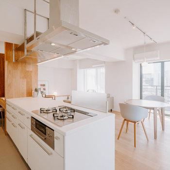 【LDK】話しながら料理もできて、景色まで堪能できます。 ※家具はモデルルーム仕様