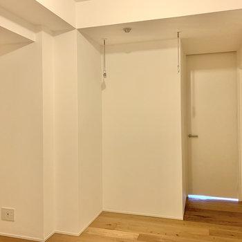【洋室】こちらには室内物干し竿受けが付いています。