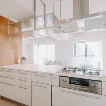 【キッチン】上部が吊り棚なのも広く感じるポイントですね!こだわり!