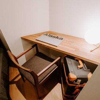 【洋室】ベッドサイドデスクは落ち着く作業スペースに。※家具:モデルルーム仕様
