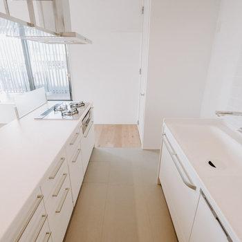 【キッチン】キッチンとリビングの床は素材が異なります!お掃除も楽なんです!