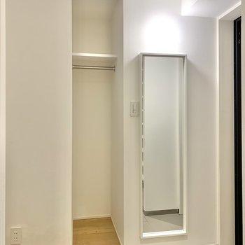 【玄関】反対側には姿見鏡とポール。コートはここに掛けるとお出かけの準備も素早く完了。