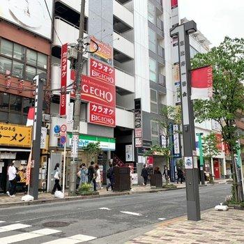 周辺にはコンビニや飲食店などが立ち並び、賑わっていました。