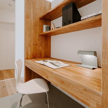 【LDKデスク】ウッドウォール裏にはデスク!お仕事、趣味のスペース、色々な使い方ができそう!※家具:モデルルーム仕様