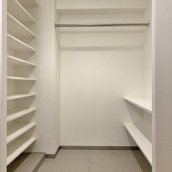 【玄関】オープンタイプのシューズクローゼットの広さは、ベビーカーも置けるほど。