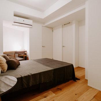 【洋室】エアコンがあるため、快適に過ごせますね。※家具:モデルルーム仕様