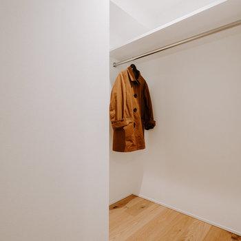 【洋室収納】キャリーバッグなども置ける広さが良いですね。 ※家具:モデルルーム仕様