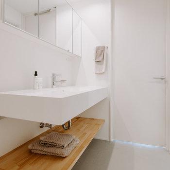 【脱衣所】洗面台右のドアからは廊下へ出られます ※家具:モデルルーム仕様