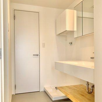【脱衣所】洗濯機置場の奥のドアは洋室へつながっています。