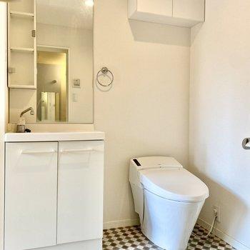 水回り大集合。トイレの上にさりげなく収納付き