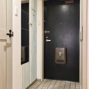 玄関側には姿見も設置されました。