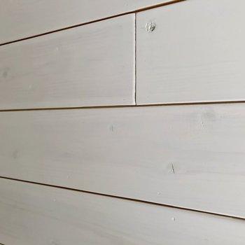 壁には塗装された木材が貼られていました。家具もナチュラル系で揃えたい。
