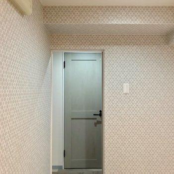 脱衣所の向かいにトイレ。