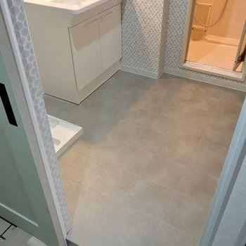 下にホコリが溜まりにくいメリットも。脱衣所の床はタイルのようになっています。