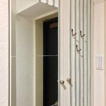 シューズボックスの扉にはフックがついていて何かと便利。