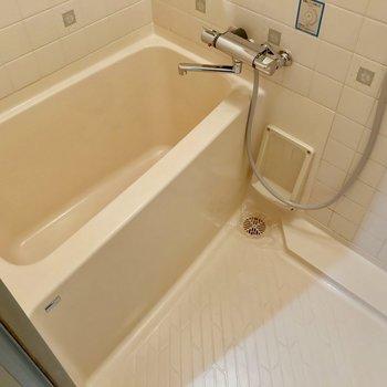 お風呂は既存のもののよう。でもサーモ水栓で温度調節簡単です。