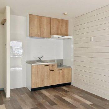 冷蔵庫はシンク側とコンロ側、どちらに置いてもよさそうです。