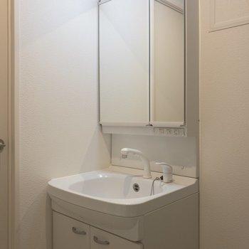 おっ!鏡の後ろが収納になっているタイプだ!※写真は5階の同間取り別部屋のものです
