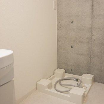 浴室前には洗濯パン。※写真は5階の同間取り別部屋のものです
