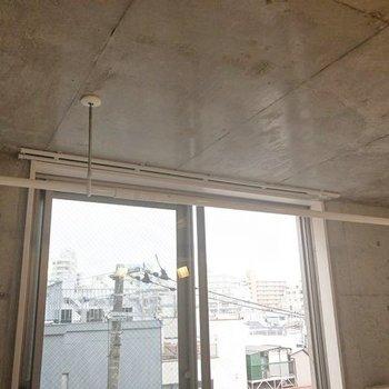 バルコニーはありませんが、室内物干しが◎※写真は5階の同間取り別部屋のものです