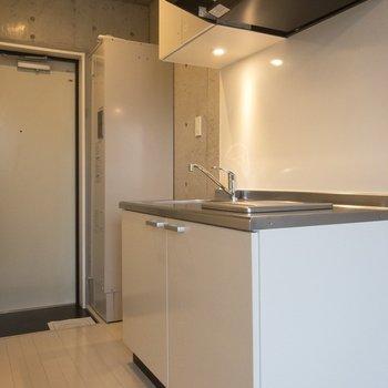 キッチン方面見ていきましょう!※写真は5階の同間取り別部屋のものです