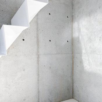 階段下のスペースにはデスクや収納を。※写真は2階の同間取り別部屋のものです