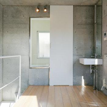 白とコンクリートのバランスがイイ……!※写真は2階の同間取り別部屋のものです