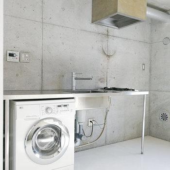 洗濯機のあるキッチン。※写真は2階の同間取り別部屋のものです