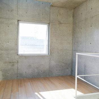 右側のスペースにハンガーラックなどをどうぞ。※写真は2階の同間取り別部屋のものです