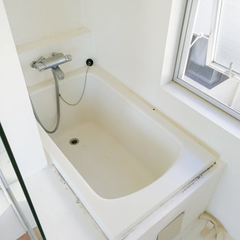 扉の奥にお風呂と※写真は2階の同間取り別部屋のものです
