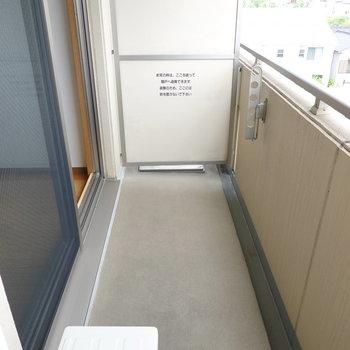 ベランダもたっぷりスペース。外から目立たない位置に竿受けがあるので安心です。(※写真は4階の同間取り別部屋のものです)