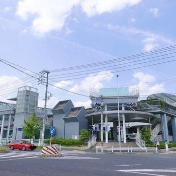 道路を挟んで反対側には飲食店や銀行、図書館などが入るデザインの良い外観の施設も!