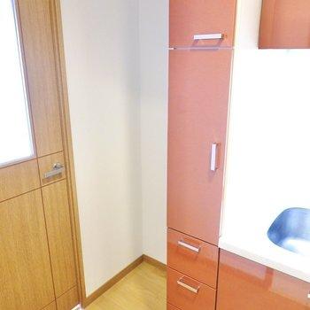 冷蔵庫置き場はドア側に。収納もたっぷりで器やキッチンツールをたくさん集められます。(※写真は4階の同間取り別部屋のものです)