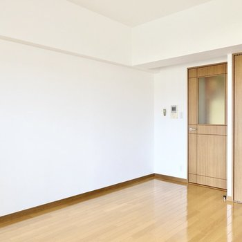 ウォルナット材の家具に自然素材のラグなどを合わせたインテリアがお似合いですよ。(※写真は4階の同間取り別部屋のものです)